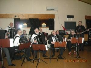 Noen av klubbens medlemmer i aksjon på Julebordet.